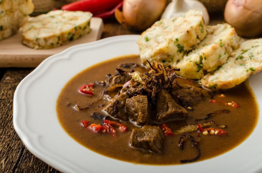 Hovězí guláš - jídlo v okolí Modřanky